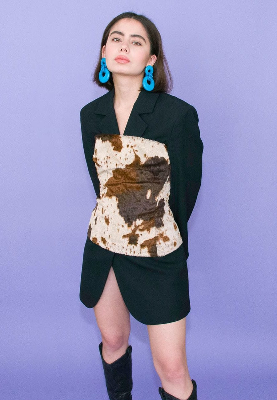 70s Vintage wooden push-back drop earrings and outfit for LIVE-TO-EXPRESS. Online vintage earrings shop.