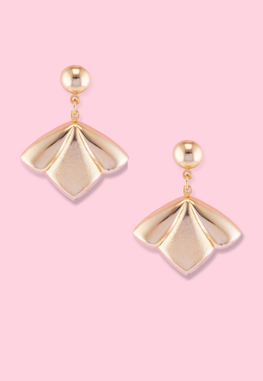 Vintage golden lelie drop earrings with push-back closing, by live-to-express. Shop 90's vintage golden earrings online.