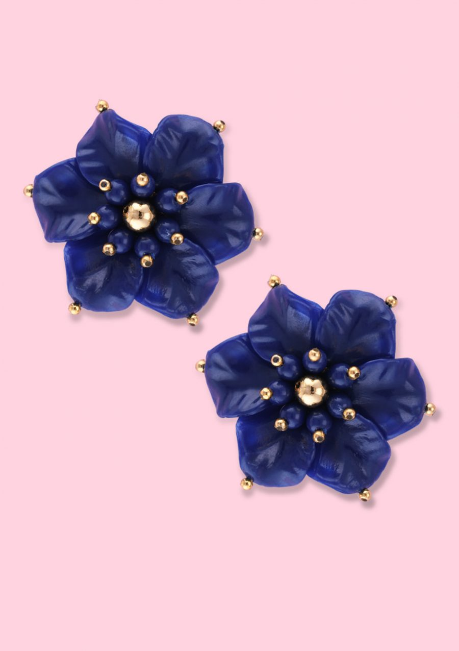 Bold flower earrings with clip-on closing, by live-to-express. Online vintage earrings shop.