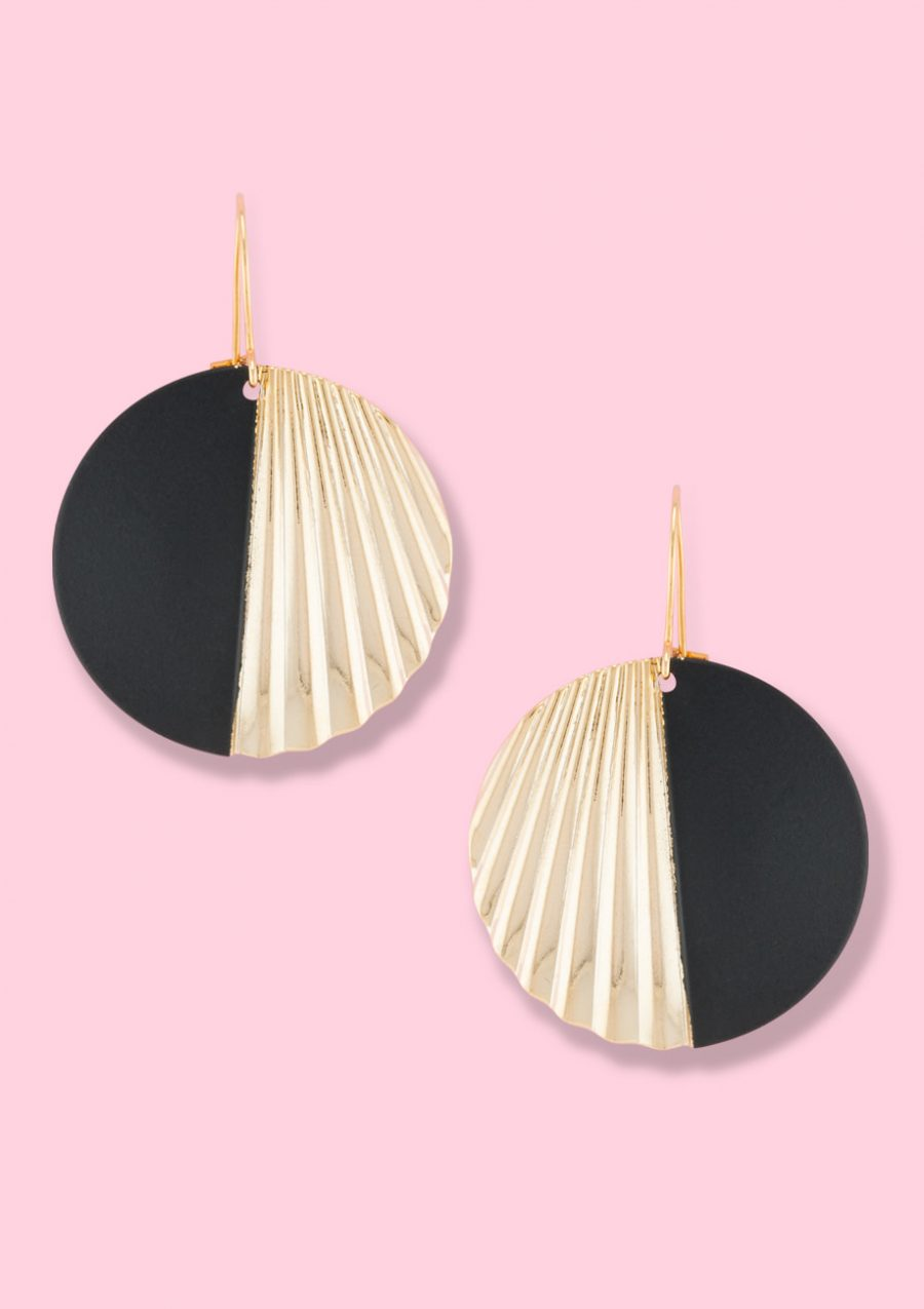 Gold drop earrings. Vintage golden drop earrings with a kidney closing.