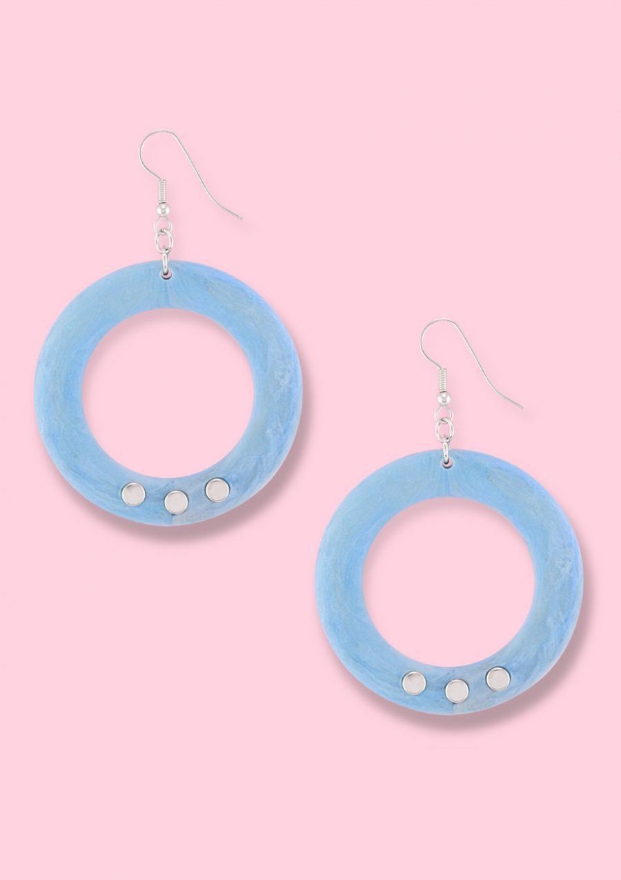 Blue vintage 90's drop earrings with a kidney closing, by live to express. 90s vintage earrings.